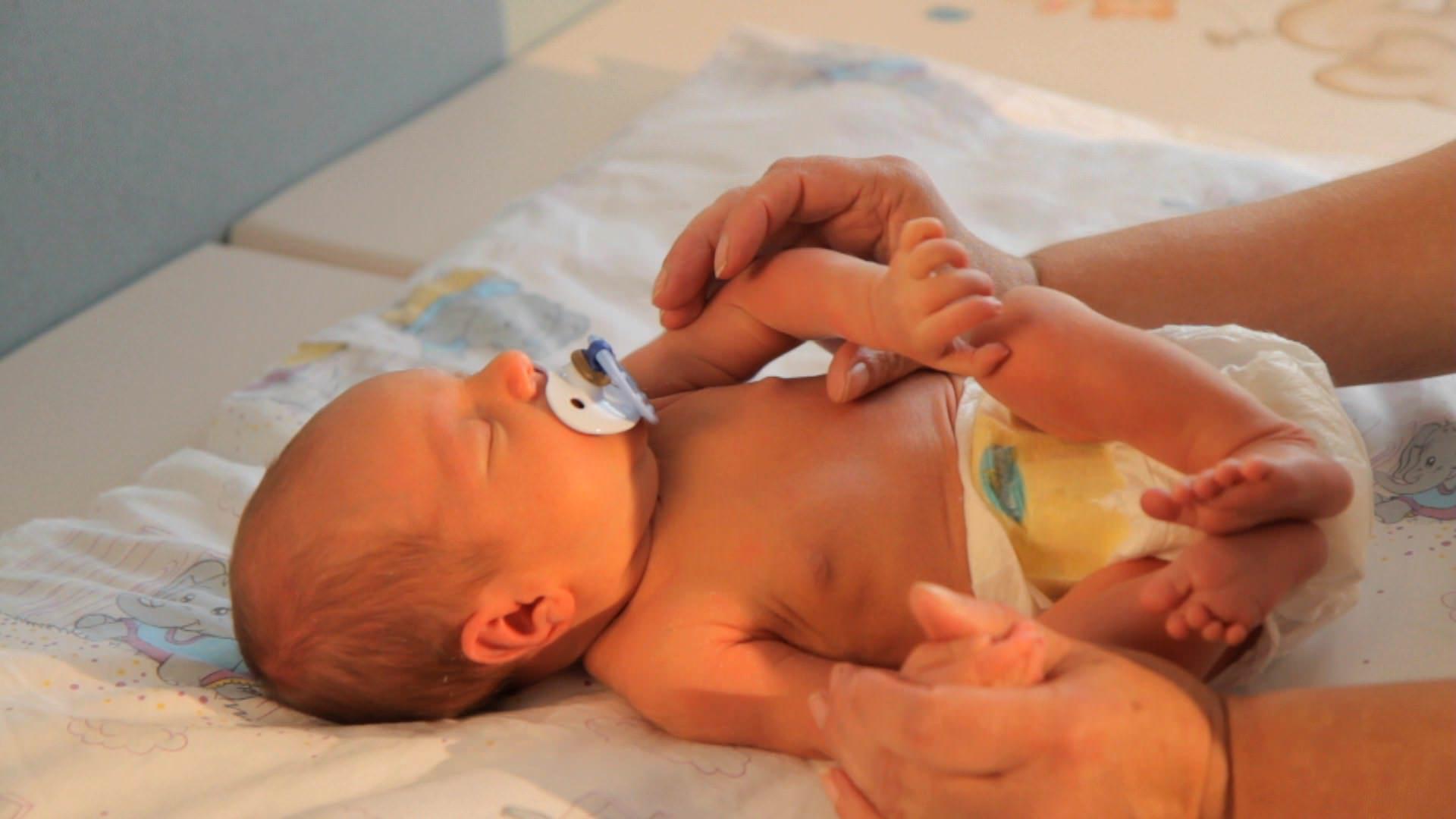 Neugeborenes wickeln