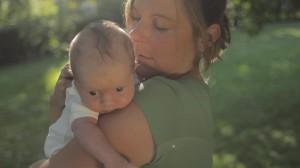 Mutter mit Baby auf der Schulter
